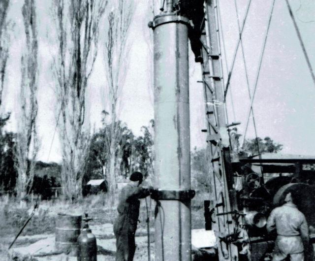 1950 AM Bisley22W Phillip Webb up the mast